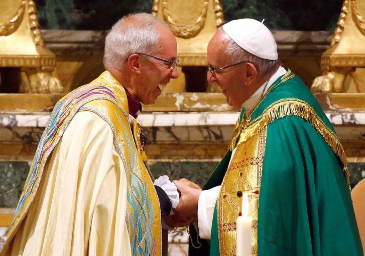 Pope Francis (R) smiles with Archbishop of Canterbury Justin Welby at the end of vespers prayers at the monastery church of San Gregorio al Celio in Rome, Italy, October 5, 2016. REUTERS/Tony Gentile - RTSQWZU